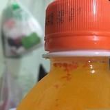"""""""Dị vật đỏ như máu"""" nổi lập lờ trong chai nước của Coca-Cola"""