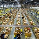 Kho hàng khổng lồ của Amazon trước Black Friday