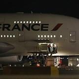 Phát hiện bom, máy bay Pháp chở 473 người hạ cánh khẩn