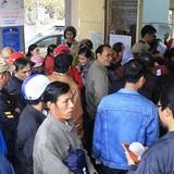 Thêm hàng trăm người chen nhau đổi giấy phép lái xe vì tin đồn phải thi lại