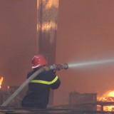 Hàng nghìn m2 công ty gỗ xuất khẩu bị thiêu rụi
