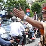 """""""Tố"""" Cảnh sát giao thông lạm quyền trưng dụng tài sản qua hotline"""