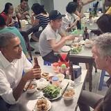 """Cơn sốt """"Bún chả Obama"""" lan sang Singapore, bán đắt gấp đôi bản gốc"""