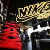 """Nike, Adidas """"lên ngôi"""" vì dân Trung Quốc bớt xài sang"""