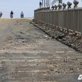 """Cầu xây bằng xốp và cát: Xuất hiện thêm nhiều """"dị vật"""" lạ"""
