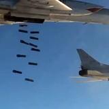 [Video] Máy bay ném bom bay từ Nga, giáng đòn tấn công IS trong khu vực Raqqa