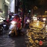 [Ảnh] Vừa mưa lớn do bão số 3, Hà Nội nhiều nơi đã ngập trong biển nước