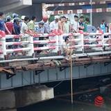 Người dân Hà Nội ra sông bắt cá sau bão