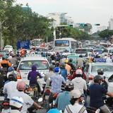 Người dân đi chơi lễ, cửa ngõ sân bay Tân Sơn Nhất kẹt cứng