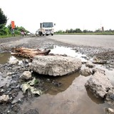 """Quốc lộ 3.400 tỷ đồng ở miền Tây dày đặc """"ổ trâu"""""""