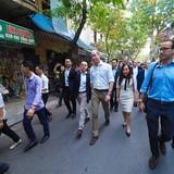 Hoàng tử Anh uống cà phê phố cổ, thăm đền Ngọc Sơn