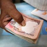 Giá trị đồng rupee xuống thấp kỷ lục vì nhà đầu tư tháo chạy