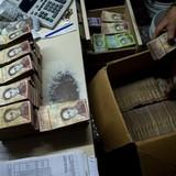 Người Venezuela không để vừa tiền vào ví vì quá nhiều