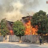 [Video] Cháy tan hoang 500m2 khu nhà mẫu bỏ hoang ở Hà Nội