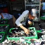"""Chợ bán """"xác"""" thiết bị điện tử trên vỉa hè Sài Gòn"""