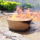 [Video] Nước giếng làng châm lửa bốc cháy ngùn ngụt như xăng