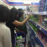 """Hàng Việt """"tắc nghẽn"""" đường vào siêu thị ngoại"""