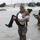 Ảnh đặc nhiệm Mỹ bế mẹ con gốc Việt thành biểu tượng trong bão Harvey