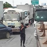 Tài xế dùng tiền lẻ qua trạm thu phí quốc lộ 5