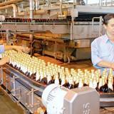 """Người uống bia có thể sẽ """"gánh"""" thêm 2.000 tỷ mỗi năm vì dán tem"""