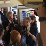 Tổng thống Trump phát trực tiếp cảnh đặt chân xuống Hà Nội