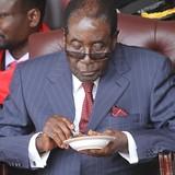 """Sau từ chức, cựu Tổng thống Zimbabwe Mugabe vẫn được đãi ngộ như """"ông hoàng"""""""