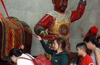 [Video] Người Hoa ở Sài Gòn đi chùa rung chuông ngựa để cầu may