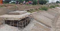 """Hà Nội: """"Nhảy"""" ra giữa đường kè ven hồ xây nhà trái phép"""