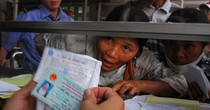 Tăng viện phí khi không có bảo hiểm y tế: Gây khó cho người nghèo hay là động lực mở rộng cho toàn dân?