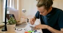 Thiếu niên Mỹ thu nhập 20.000 USD nhờ sửa iPhone dịp hè
