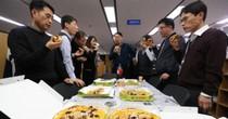 Tổng thống Hàn Quốc đãi Bộ Tài chính 350 chiếc pizza
