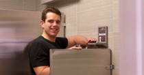 Kiếm hai triệu USD một năm nhờ bán kệ trong toilet
