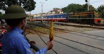 """<span class='bizdaily'>BizDAILY</span> : Vì đâu đường sắt bị hành khách """"bỏ rơi""""?"""