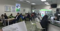 Phòng giao dịch, ATM đông nghẹt trong ngày 28 Tết