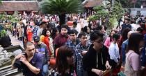 Hàng nghìn người chờ xin chữ ở Văn Miếu