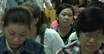 [Video] Hàng nghìn người đổ xô làm hộ chiếu đầu năm ở Sài Gòn