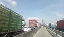 Xe container dàn hàng ngang gây kẹt xe nghiêm trọng trên đường vành đai