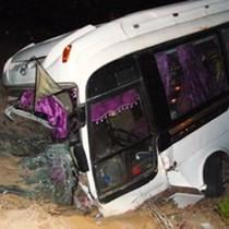Xe khách chở 21 người nổ lốp lao xuống mương nước