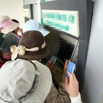 Khách hàng gặp nhiều tình huống dở khóc dở cười với ATM