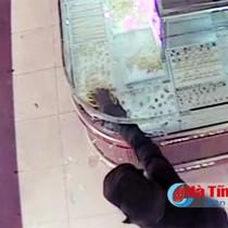 [Video] Cướp tiệm vàng nhanh như cắt ở TP Hà Tĩnh