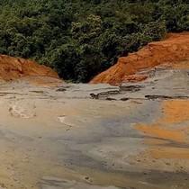 Vỡ đập chứa bùn thải quặng, người dân hoang mang