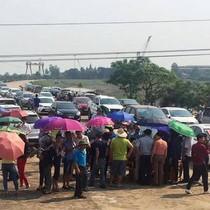 Hàng trăm người tập trung gần cầu Bến Thủy ký đơn yêu cầu Cienco 4 miễn phí BOT