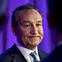 CEO United Airlines nói không có ý định từ chức