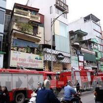 Cháy nhà cao tầng tại TPHCM, hàng chục người tháo chạy