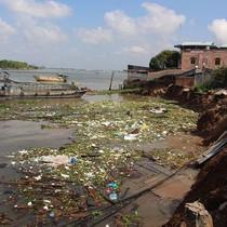 Sạt lở nghiêm trọng ở miền Tây, nhiều nhà dân bị nhấn chìm