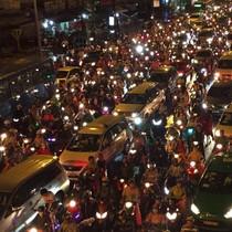 Sài Gòn mưa như trút nước, đường phố kẹt cứng, tai nạn chết người