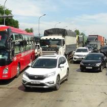 """Hàng chục ô tô """"vây"""" trạm thu phí Quán Hàu gây ách tắc giao thông"""
