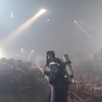 Cháy công ty gỗ gần 2.000m2 ở Bình Dương