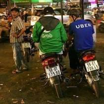 """Grab tung """"chiêu"""" lôi kéo tài xế Uber, ký hợp đồng ngay trên yên xe"""