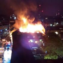 Cháy khu chợ hơn 1.000 cửa hàng ở Anh